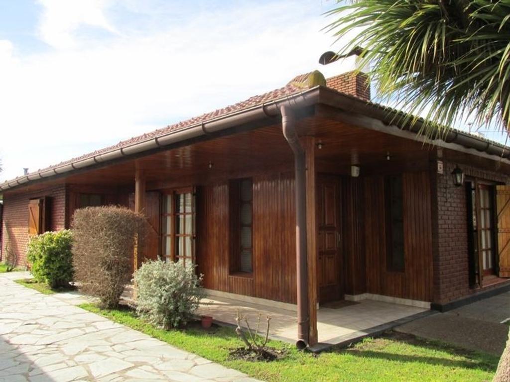 Casa en venta en chalet con piscina miramar argenprop for Casa con piscina quebrada alvarado
