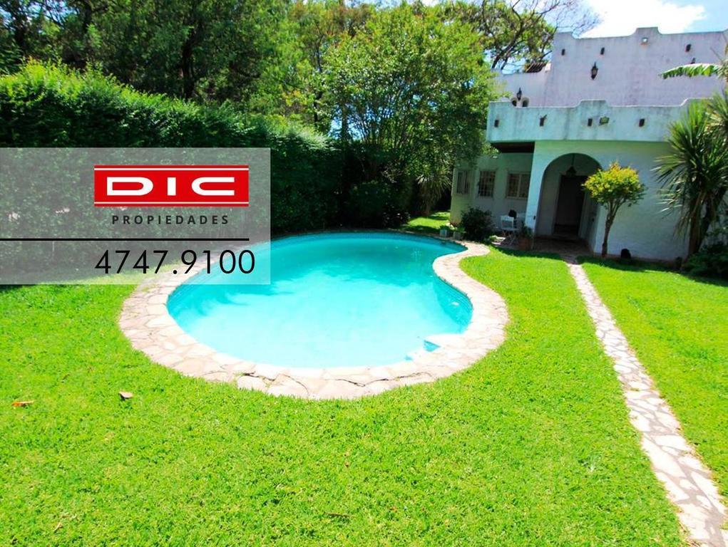 Casa de estilo mediter en Bº Sta Rita 8 amb. Qcho, piscina, vestuario. Espect  jdin. Lote 661m2