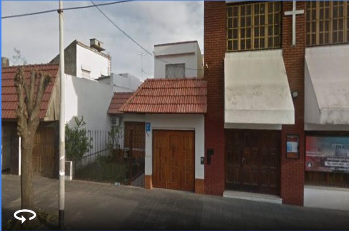 CASA 2 DORMITORIOS CON GARAGE , JARDIN Y PATIO 148 m2 CUBIERTOS SOBRE LOTE DE 8.66 X 24,21