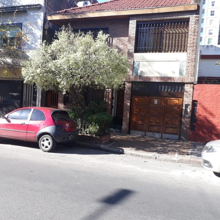 EXCELENTE CASA 4 AMBIENTES GARAGE + DEPTO DE 2 AMB + FONDO + QUINCHO - LOTE 8,66 X 34,50 - ZON R2A2