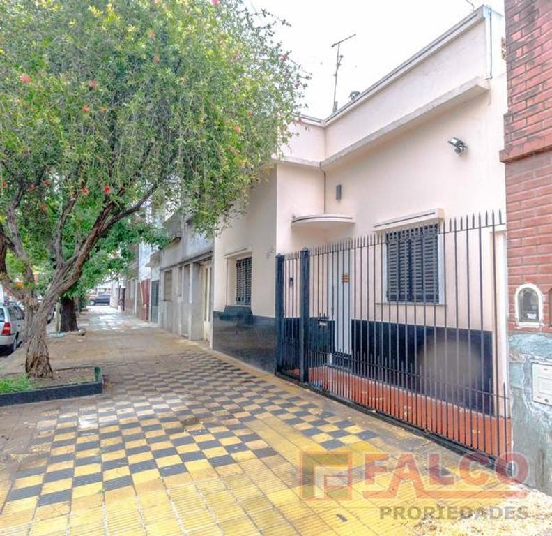 Rafaela 3900 y Mariano Acosta - Casa en lote propio - patio y terraza