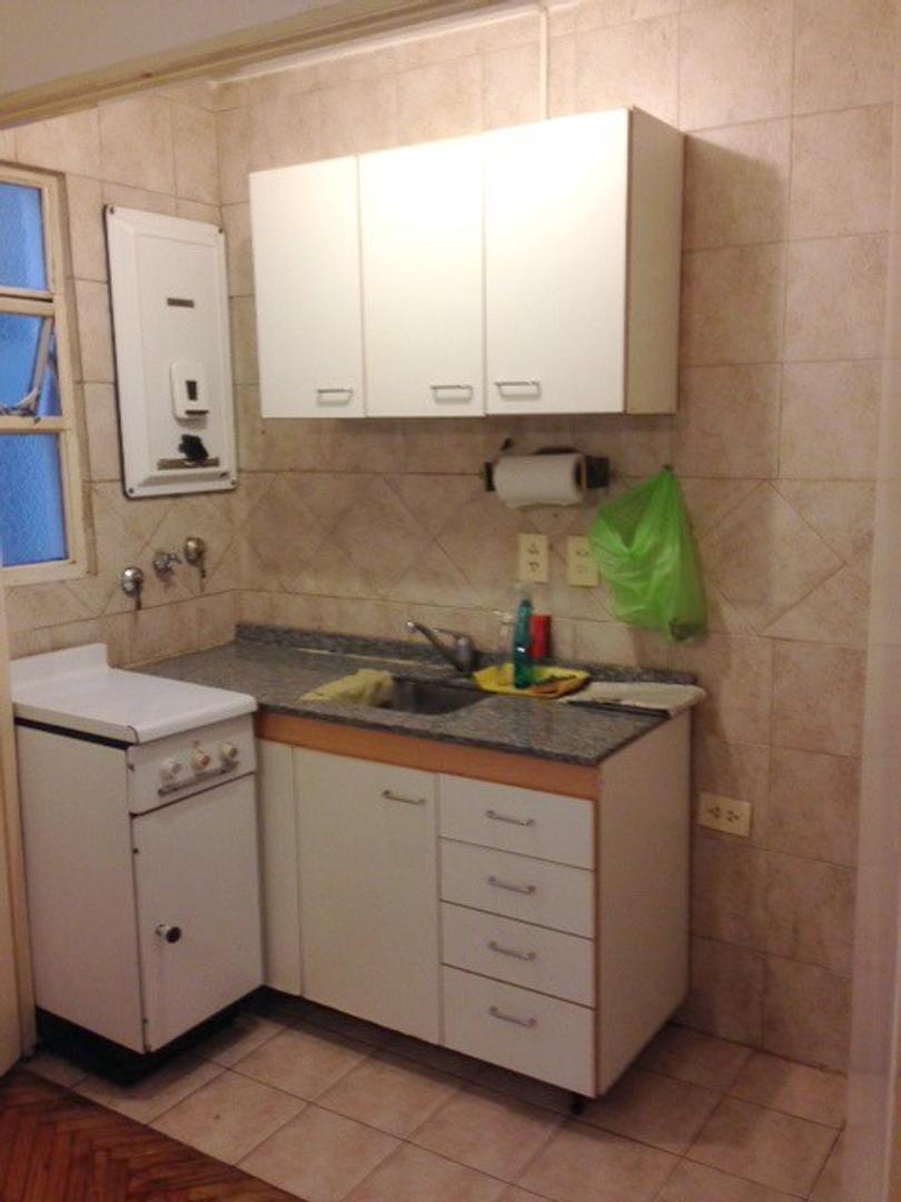 1 amb. 5º piso lateral luminoso  Cocina americana y baño completo Muy buen estado general.