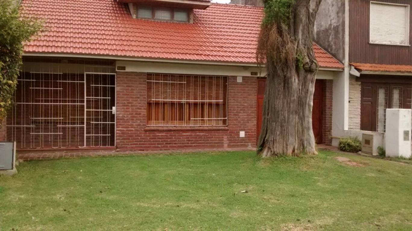 CASA CHALET 3 ambientes con placard + cochera + fondo 120m2 + lavadero + quincho + 1er piso libre