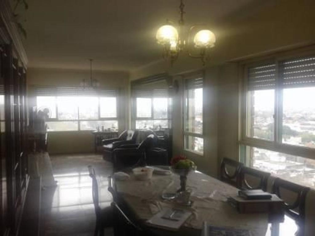 Piso 14  4 ambientes con dependencias y cochera fija cubierta en Versalles