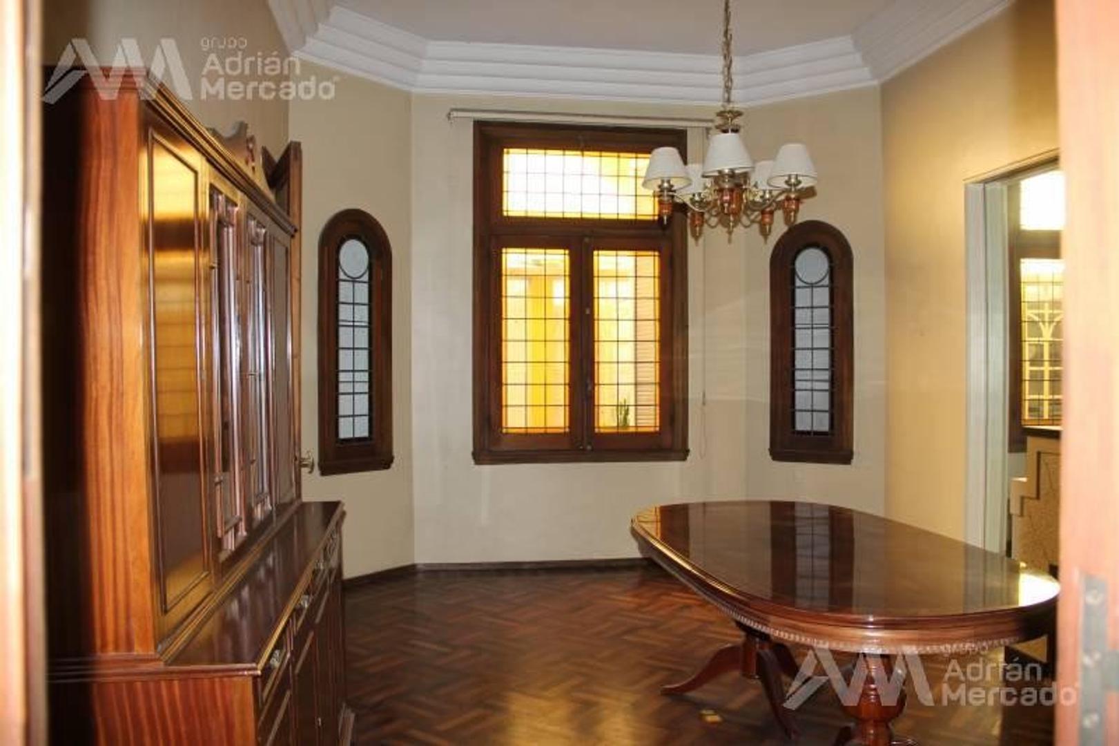 Imponente propiedad de estilo con cochera doble,terraza y quincho. Sobre Emilio Mitre a mts de Av. P