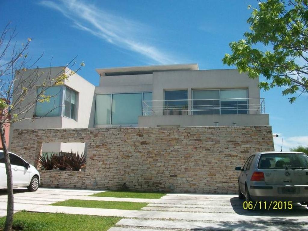Espectacular casa en venta en la isla al agua (se vende con renta)
