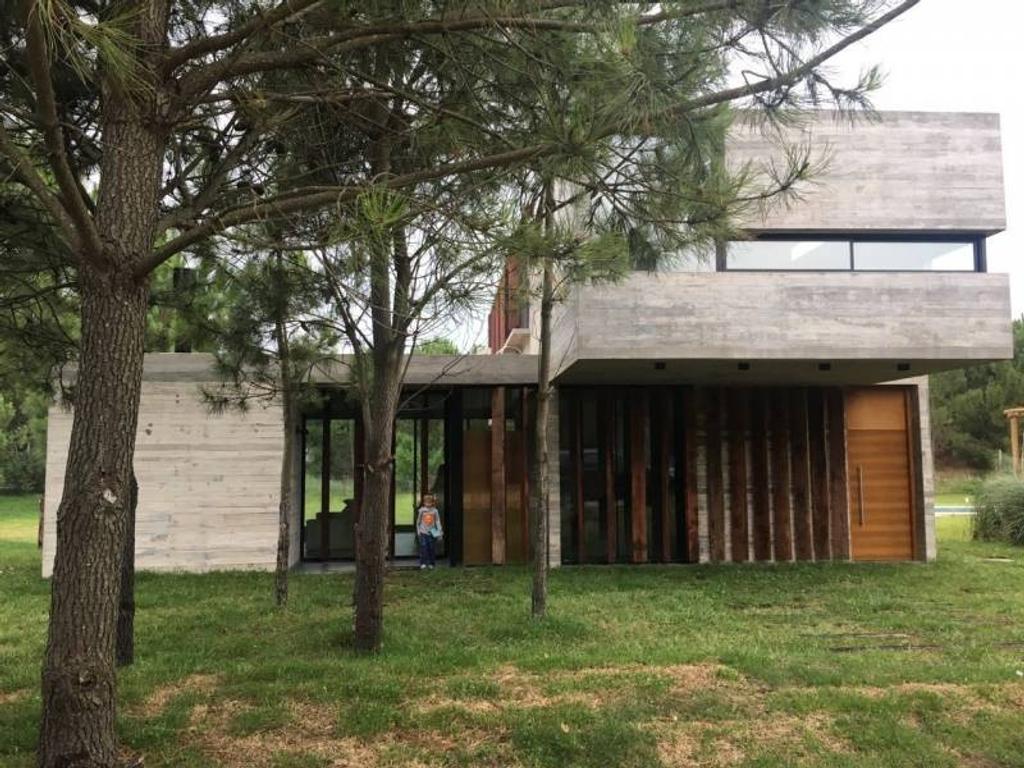 Venta de casa al bosque en barrio Residencial 1 lote N° 144 en Costa Esmeralda.