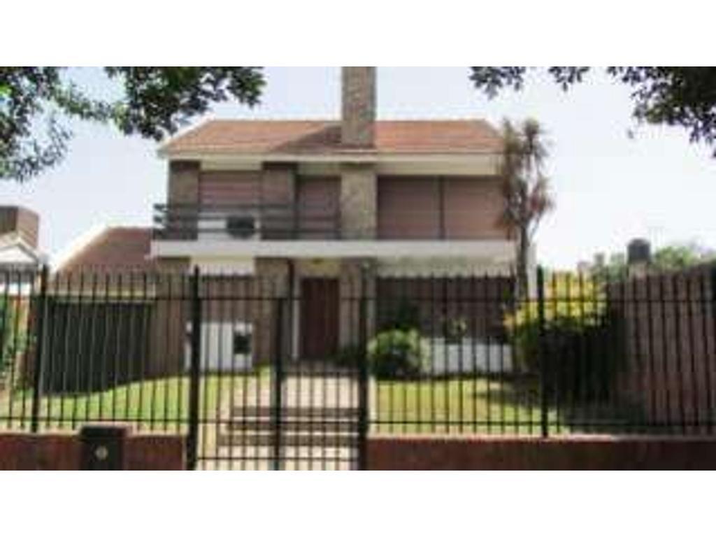 Casa En Alquiler En Av J Alejandro Bernheim 8300 Fisherton  # Muebles Fisherton
