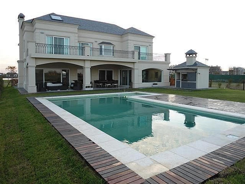Vende Casa Muy Especial Nordelta  de Categoria Barrio El Golf Estilo Ingles  5 Ambientes Impecable