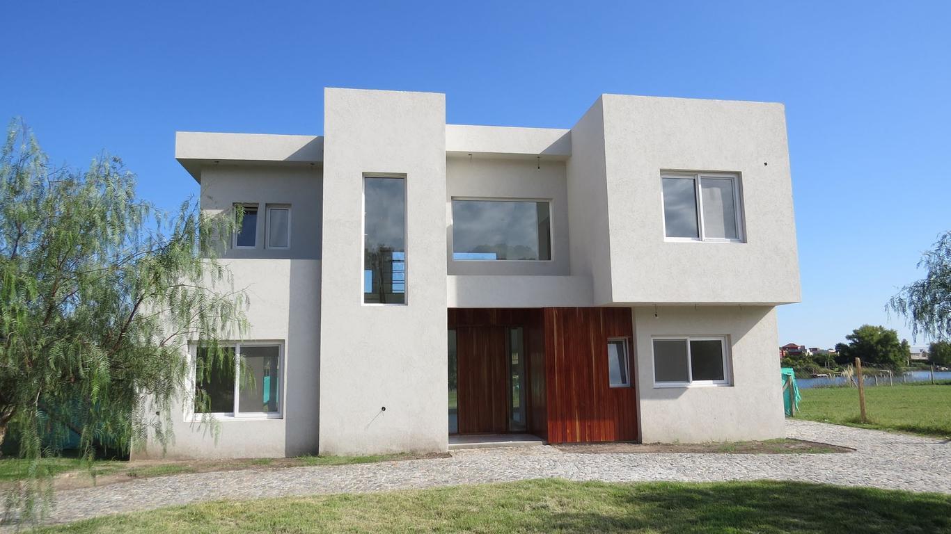 Casa a laguna en San Isidro Labrador