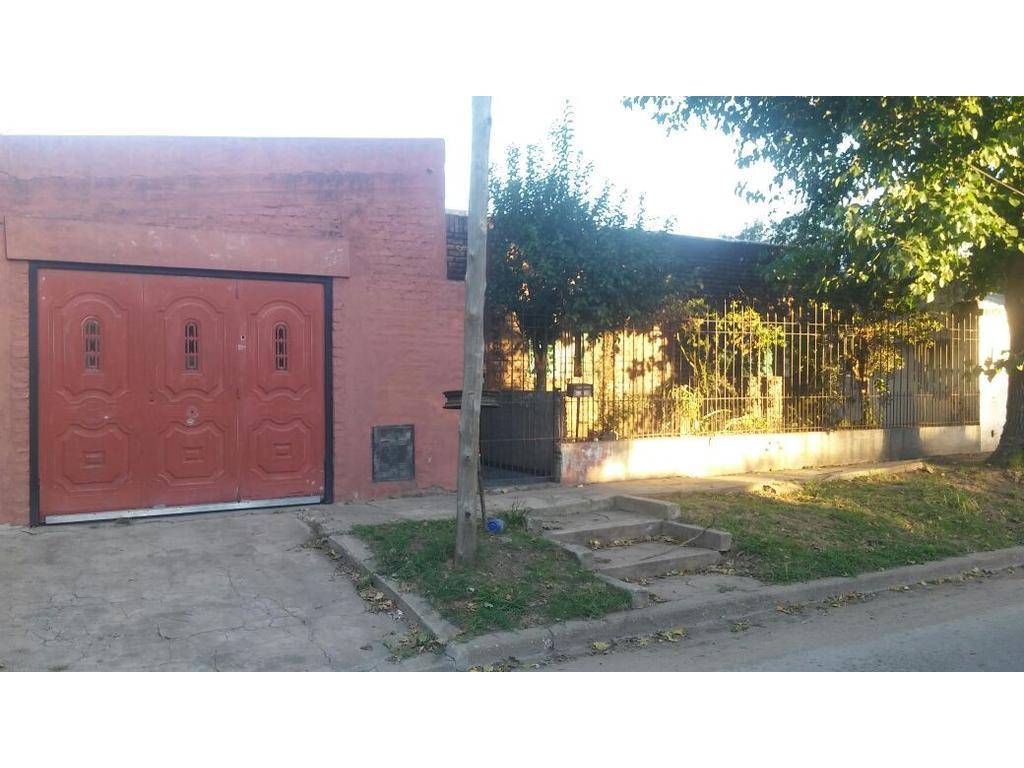 Casa con gran terreno sobre calle quintana al 1900 sobre terreno 20x22 aprox.