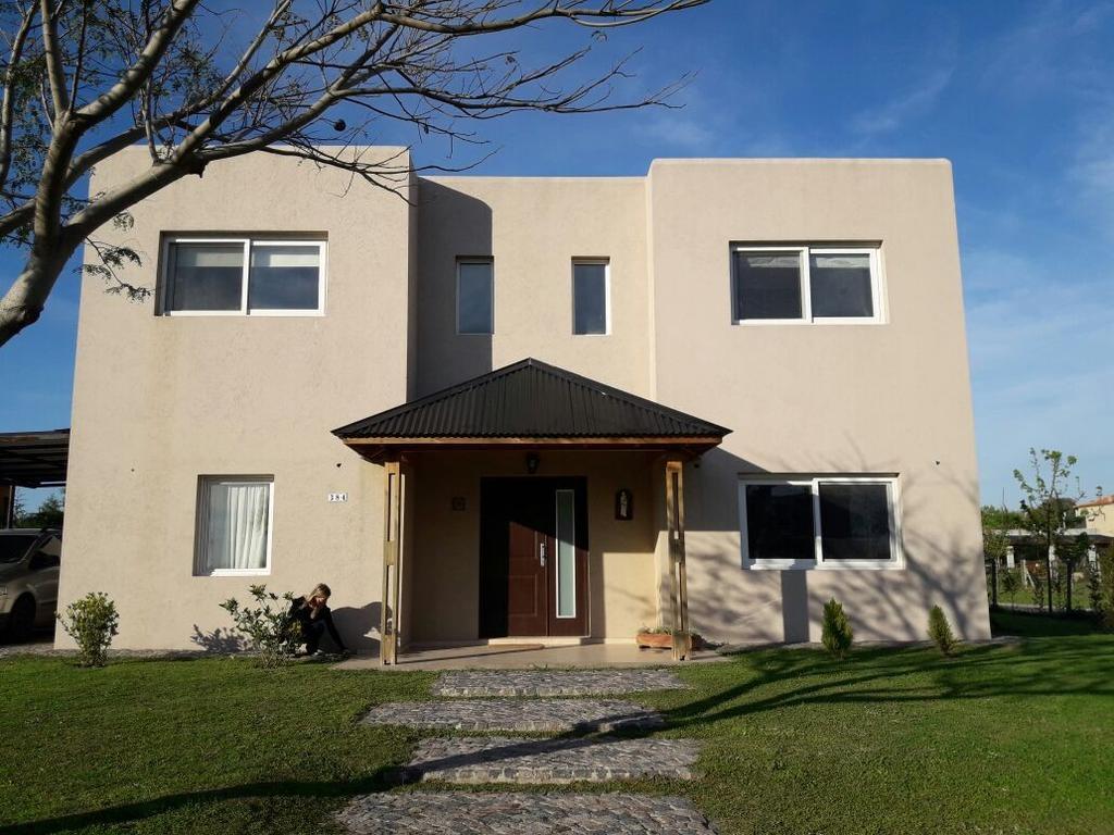 Casa muy cómoda en SANTA TERESA, Villa Nueva, con pileta. Fácil, rápidos y múltiples accesos
