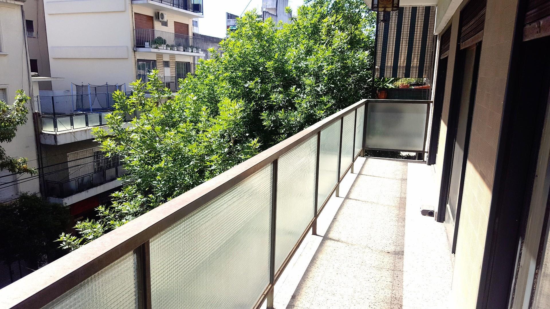 Luminoso. Al Frente. 3 Dormitorios + Dep. de Servicio, Cochera. Excelente Calidad de Edificación