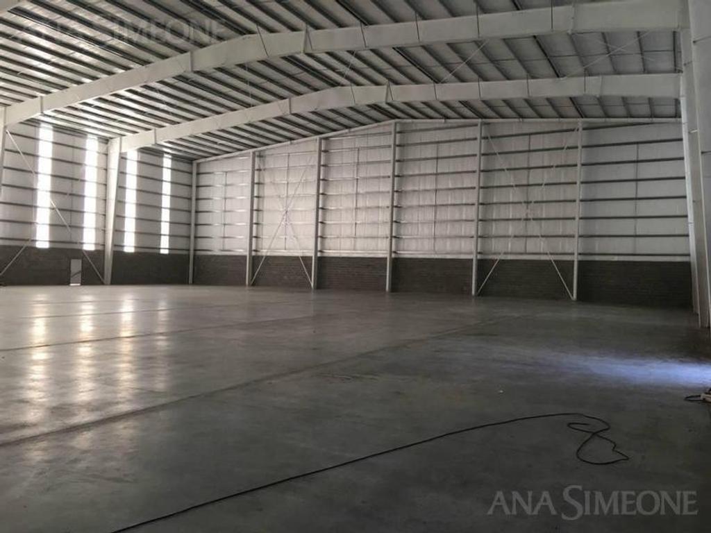 Excelente Nave Industrial a estrenar de 2300 m2  Triple AAA