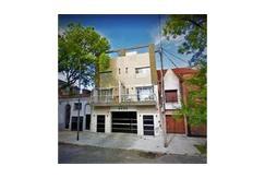 Tipo casa con balcón aterrazado, patio c/parrilla y terraza