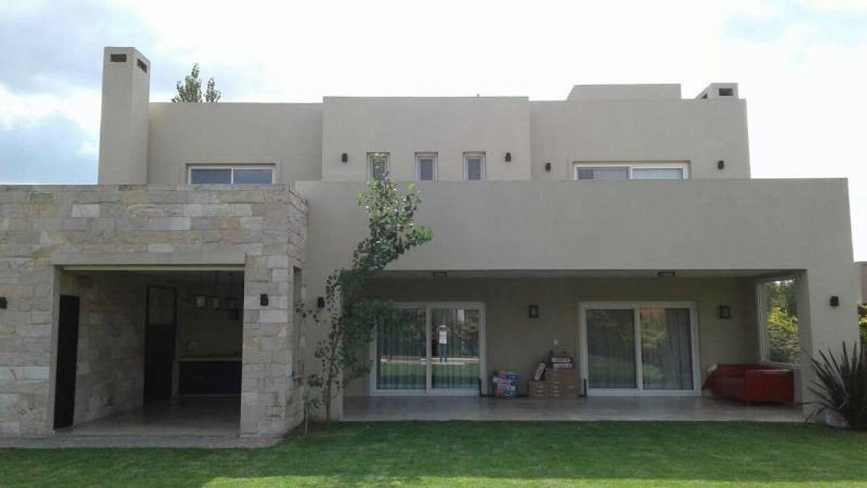 Venta de Espectacular Casa en Barrio Las Liebres - Pilar