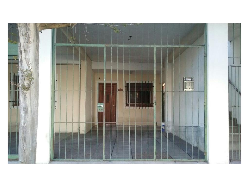 Casa para 2 familias. con terreno libre y cochera