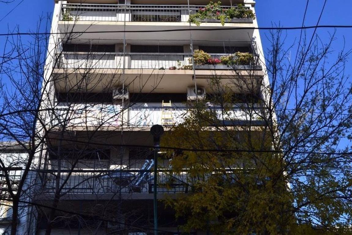 Departamento 3 ambientes con dependencia y balcón a la calle