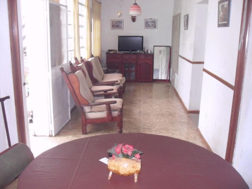*RESERVADA* Sólida casa tipo americana de 4 ambientes sobre un lote de 10 x 30,7mts.