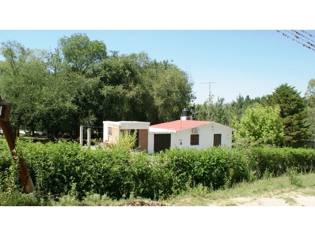 En venta casa con departamento pequeño. Tanti. gran lote de 1850 m2 c/costa de arroyo!!