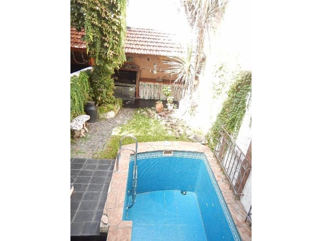 Jose Bonifacio 3200 *Excelente triplex con garage y jardin c/piscina*