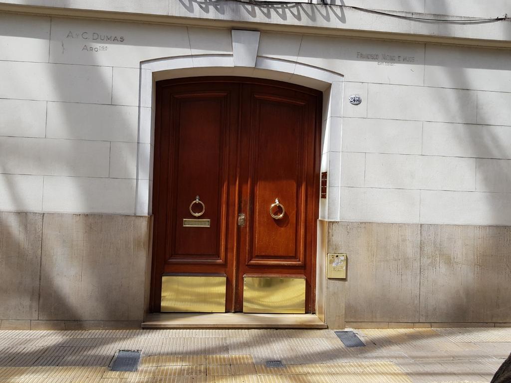 Planta Baja con patios 2 ambientes a metros Cabildo, edificio Señorial con BAJAS EXPENSAS!!!!!