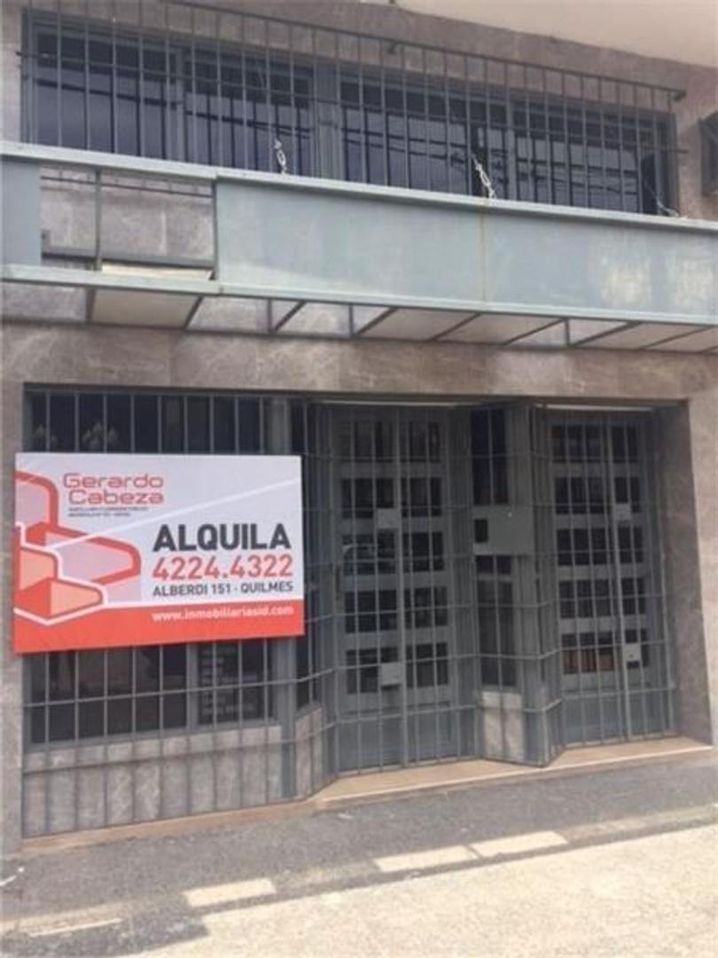 Alquiler local comercial / 6 consultorios, con sala de espera y múltiples baños