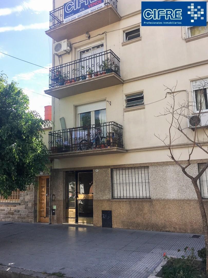 Departamento 3 amb frente con balcón por escalera (Suc V. Pueyrredon 4574-4444)