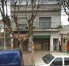 CASA DE 3 AMB. EN PRIMER PISO CON 2 LOCALES Y FONDO LIBRE