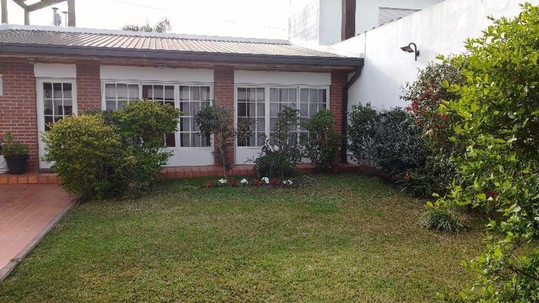 Importante casa 4 dormitorios, 3 cocheras, quincho, 260 m2 cubiertos,  77 entre 8 y 9