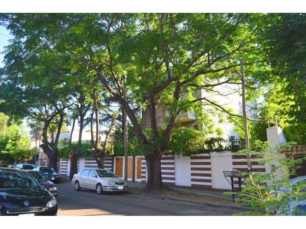 Importante Casa sobre 3 lotes (1126 m2) en 4 plantas. 6 Dormitorios. Parque. ACEPTA PERMUTA
