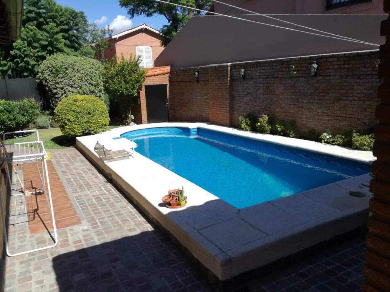 Hermosa propiedad en esquina. Con Jardín y piscina. Ba. Parque Saavedra