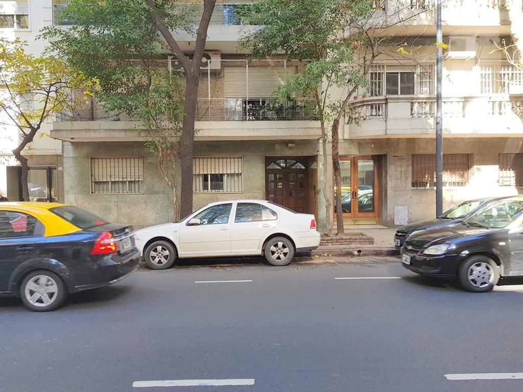 Retasado. Avellaneda 900 Semipiso al frente 3 amb. 2 dorm. 97 m2 Balcón Toile. Com. diario.