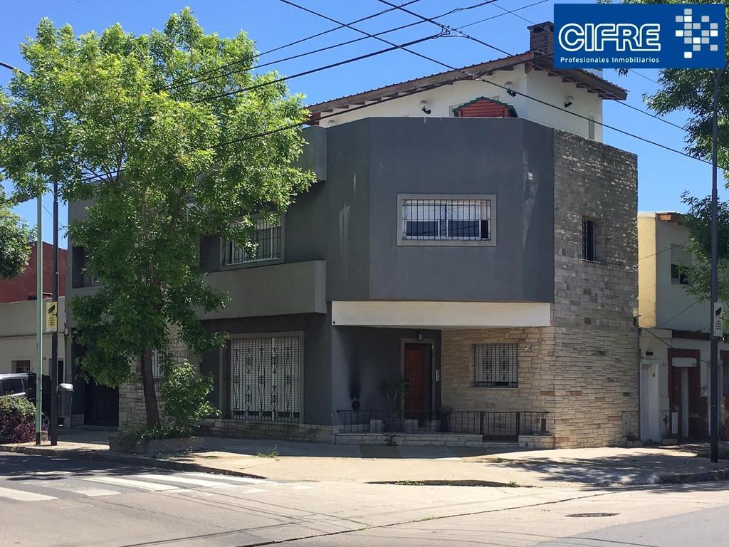 Casa lote propio 5 ambientes 2 plantas patio y terraza quincho parrilla coche(Suc Urquiza 4521-3333)