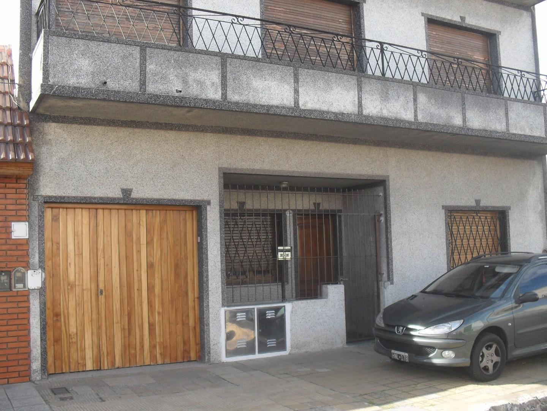 Ideal 2 familias, en PB depto 3 amb + jardín + cochera; en P. Alta depto 4 amb + terraza u$s 145000