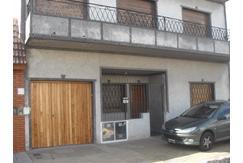 Ideal 2 familias, en PB depto 3 amb + jardín + cochera; en P. Alta depto 4 amb + terraza u$s 165000