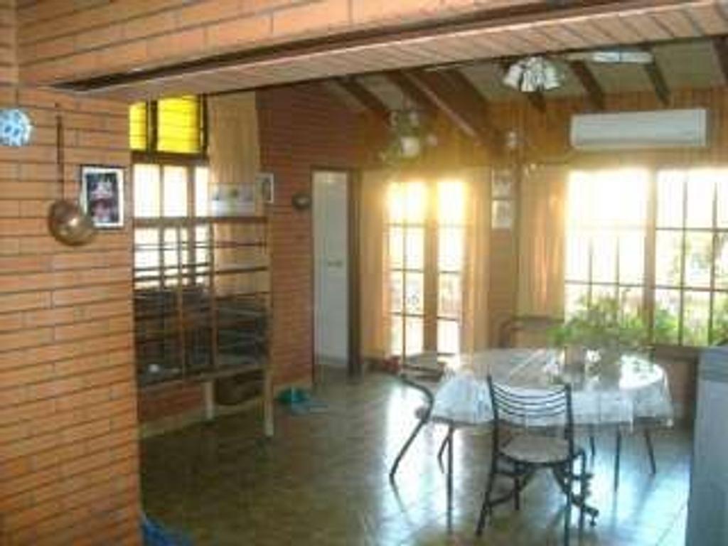 CASA TIPO CHALET de 6amb.en 2 plantas, garage para 3 autos, parrilla, taller c/ vestuario, exc.