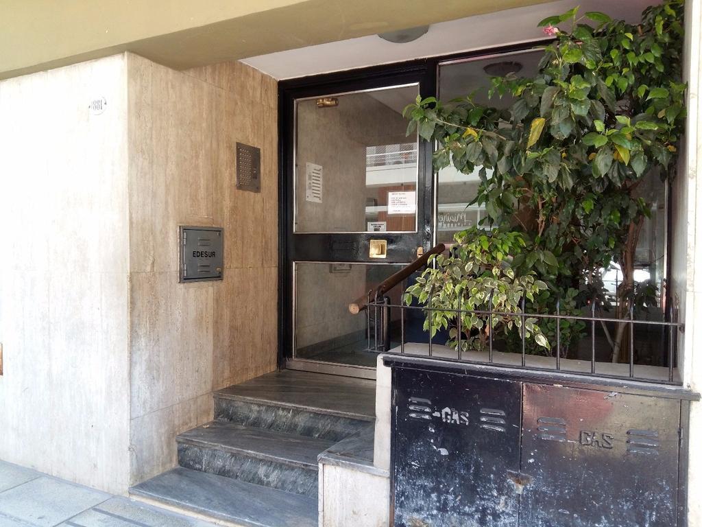 Excelente Depto. de 3 Amb. al Frente con Balcón. Cocina ind. Lavadero Ind. A metros Plaza Irlanda!!!