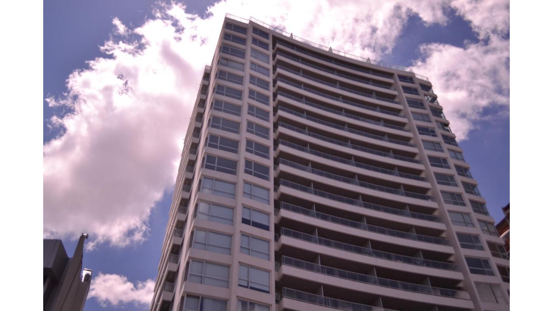 Excelente unidad en 2 amb con vista lateral Rio.Totalmente terminada con pisos porcelanato ilva alac