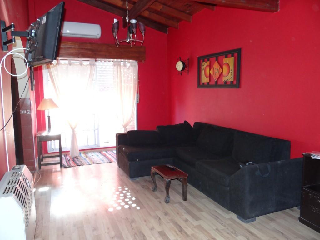 Muy Buen Departamento 2 ambientes con terraza TOTALMENTE AMUEBLADO, segundo piso por escalera.