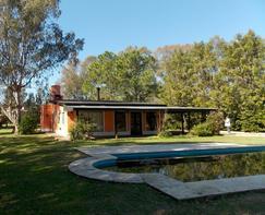 Hermosa propiedad frente al golf sobre amplio lote, con añosa y variada arboleda!!!!