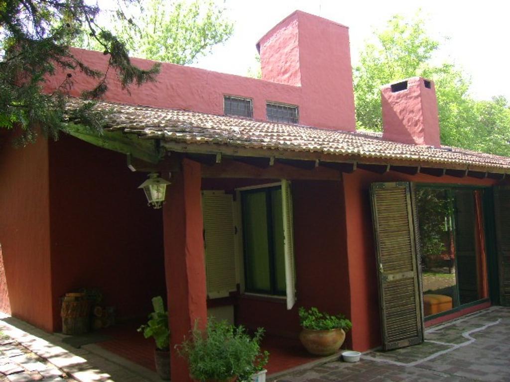 Pilar (La Lonja) 3 c/ Panamericana sobre calle principal Saraví 1830 chal. 4 amb. + 3 locales .-