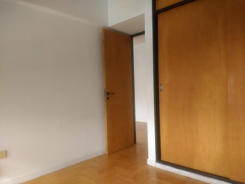 10 y 48  Dormitorio con placard, living comedor, baño, cocina y lavadero. Excelente Ubicación