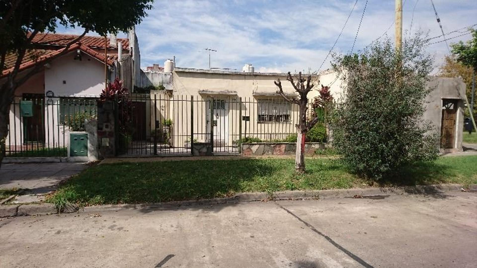 Casa sobre lote 8.66x17 - VENTA