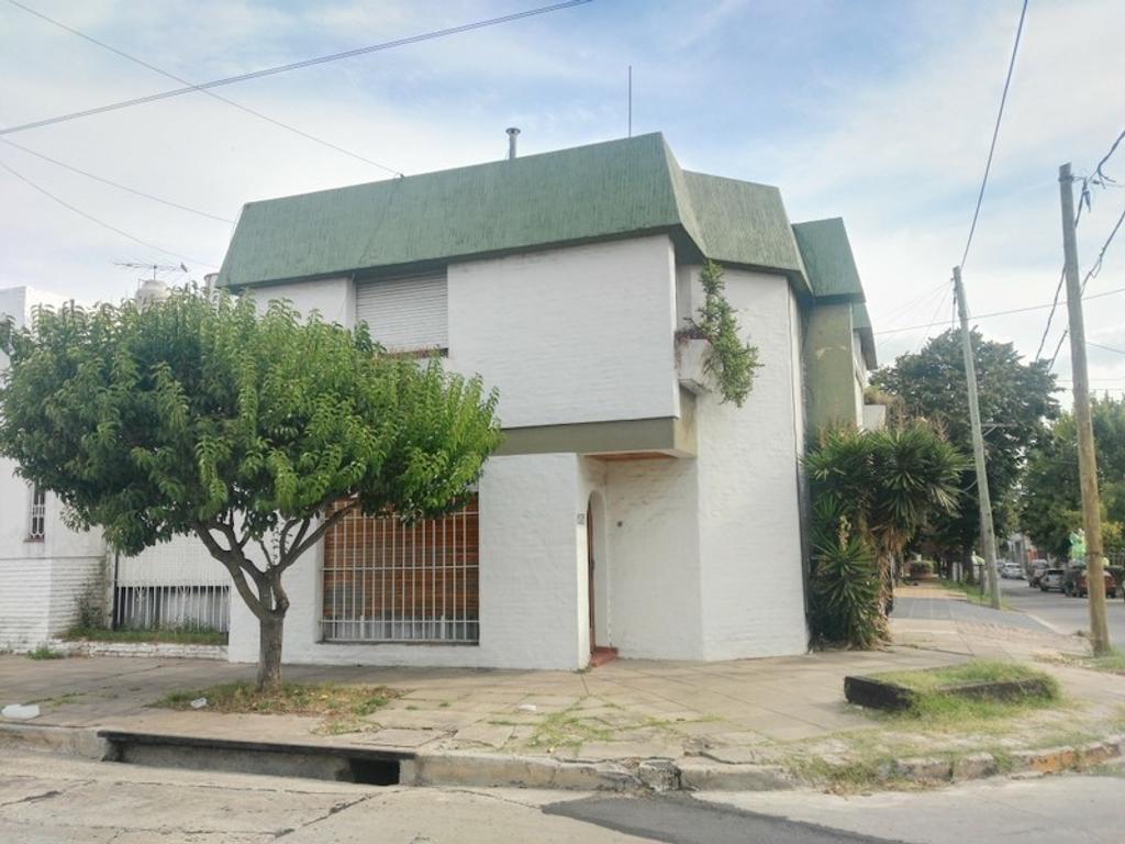 Duplex 4 ambientes. 3 Dormitorios. Amplio Living/Comedor. Garage. Lavadero. Terraza. APTO CRÉDITO!