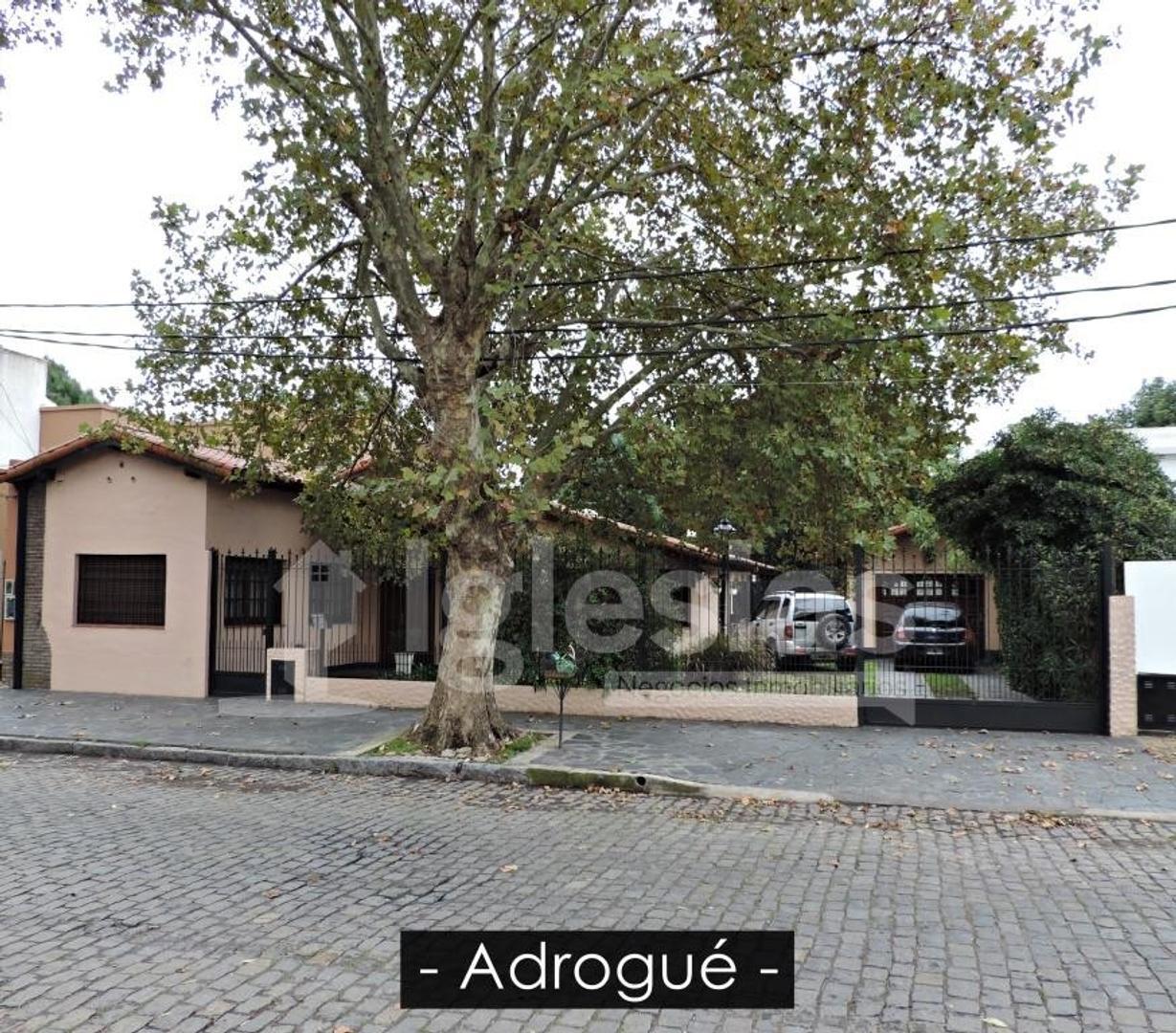 Casa de 6 ambientes con pileta y cancha de padel.