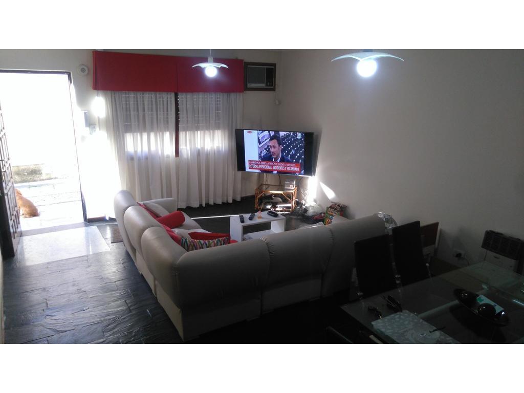 Regio chalet en dos plantas súper cómodo (4 dormitorios) (PH) apto crédito