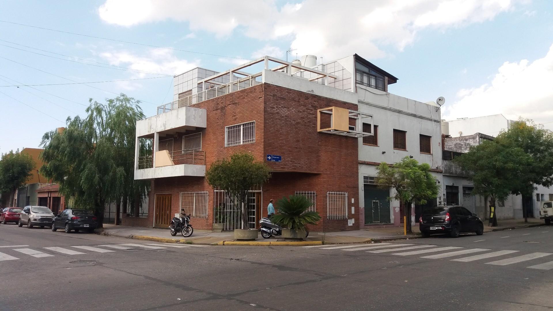 EXCELENTE CASA 5 AMBIENTES +DEPENDENCIA  EN V. LUGANO