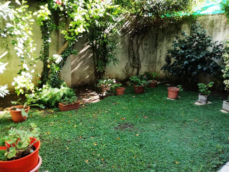 Excelente tipo casa, 2 patios, hermoso jardín 2 dormitorios+ dependencia de servio. Baño +toilette
