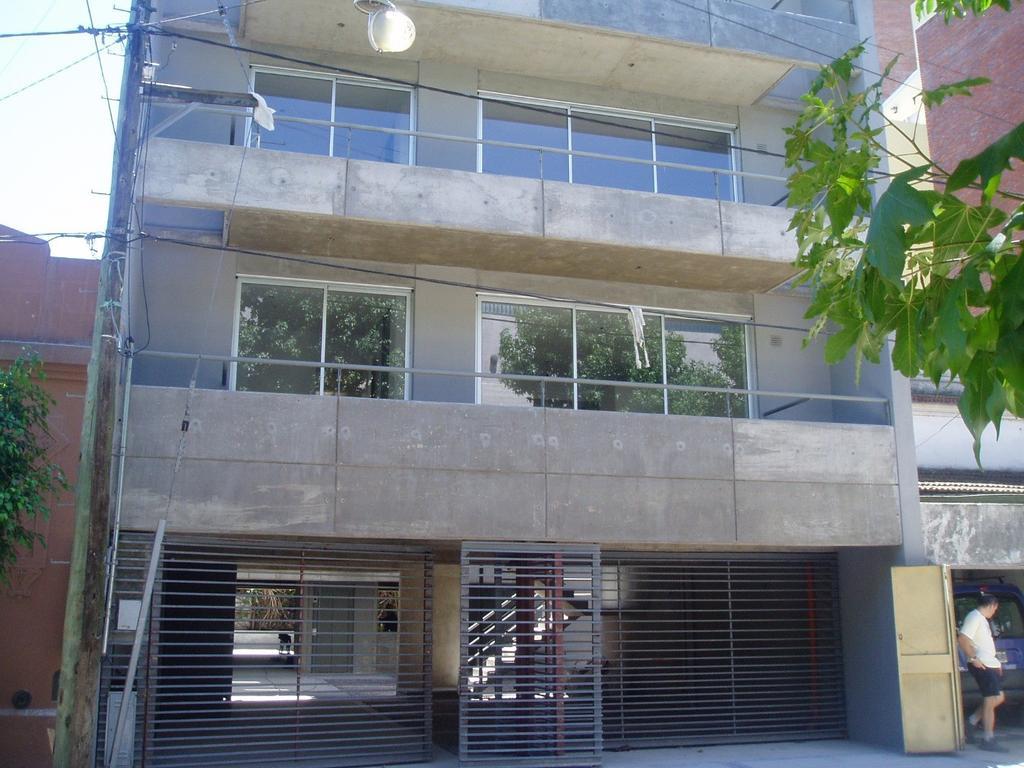 2 Ambientes en el centro de Victoria Cochera Cubierta + baulera